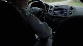 Eine junge Schönheit befestigt ihren Sicherheitsgurt im Auto stock footage
