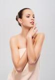 Eine junge und attraktive kaukasische Frau in einem weichen Tuch Stockfoto