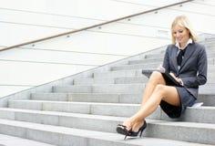 Eine junge und intelligente Geschäftsfrau in der formalen Kleidung Stockbild
