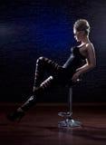 Eine junge und reizvolle Frau, die in der erotischen Kleidung aufwirft Stockfoto