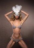 Eine junge und sexy blonde Frau in einer weißen Maske Lizenzfreies Stockbild