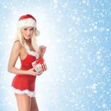 Eine junge und sexy blonde Holding ein Geschenk Lizenzfreie Stockfotografie