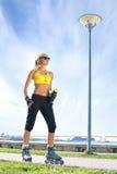 Eine junge und sportliche rellerblading Rothaarigefrau Lizenzfreies Stockbild