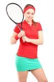 Eine junge weibliche Aufstellung mit einem Tennisschläger Lizenzfreie Stockfotos