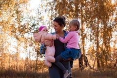 Eine junge weibliche Mutter stockfotografie