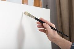 Eine Künstlermalerei im Studio Lizenzfreie Stockbilder