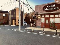 Eine Kaffeestube nahe einer Station in der japanischen Landschaft lizenzfreies stockbild