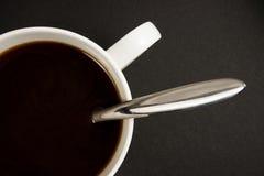 Eine Kaffeetasse getrennt auf einem schwarzen Hintergrund Stockfotografie