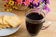 Eine Kaffeetasse und Cracker Stockfotografie