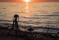 Eine Kamera auf einem Stativ, der Fotos für ein timelapse auf dem Strand macht Stockfotografie