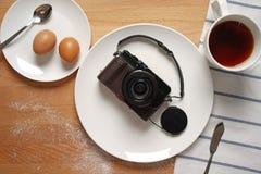 Eine Kamera aus dem Üblichen von einer Frühstückseinstellung heraus Stockbild