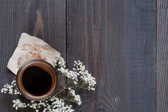 Eine Kappe des Kaffees auf der alten Tabelle Stockfoto
