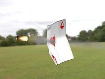 Eine Karte, die durch eine Gewehrkugel geschlagen wird Lizenzfreies Stockbild