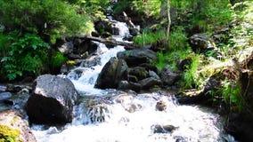 Eine Kaskade von kleinen Wasserfällen auf dem Fluss Boci, fließend von den Bergen stock footage