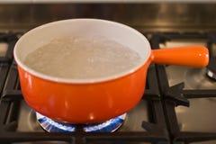 Eine Kasserolle des kochenden Wassers Lizenzfreies Stockbild