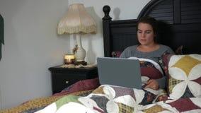 Eine kaukasische Frau während einer Live - Video-Collegesitzung - Fernstudiumkonzept stock footage
