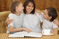 Eine kaukasische Lächelnmutter mit zwei Brüdern stockfotografie
