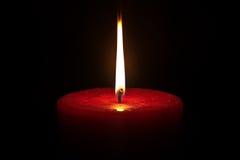 Eine Kerze auf einem schwarzen Hintergrund Stockbilder