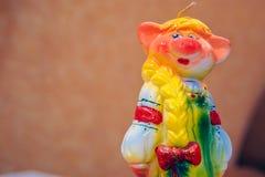 Eine Kerze in der Form eines Spielzeug Schweins das Symbol des Jahres lizenzfreie stockfotografie