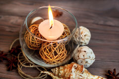 Eine Kerze in einem Glasvase, in einer Dekoration und in verschiedenen interessanten Elementen Kerzen Brennen Lizenzfreie Stockbilder