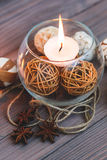 Eine Kerze in einem Glasvase, in einer Dekoration und in verschiedenen interessanten Elementen Kerzen Brennen Stockfoto