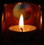 Eine Kerzenflamme an der Nachtnahaufnahme Lizenzfreies Stockfoto