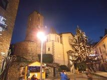 Eine Kirche in Andorra mit einem chrismas Baum im Wedel lizenzfreies stockbild