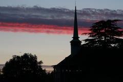 Eine Kirche bei Sonnenuntergang Stockbild