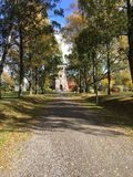 Eine Kirche in einer kleinen Stadt in Norwegen Lizenzfreie Stockbilder