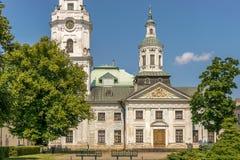 Eine Kirche mit einem Helm und einem Glockenturm stockfotos