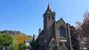 Eine Kirche mit Hügeln im Hintergrund Lizenzfreies Stockbild