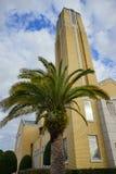 Eine Kirche und eine Palme Stockfotos