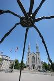Eine Kirche und eine riesige Spinne Stockbild
