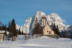 Eine Kirche zwischen den Bergen Stockfotografie