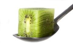 Eine Kiwifrucht auf weißem Hintergrund Lizenzfreie Stockbilder