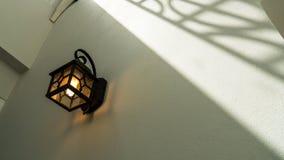 EINE KLASSISCHE LAMPE AUF DER WAND stockbilder
