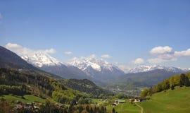 Eine kleine alpine Stadt stockbilder