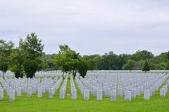 Eine kleine amerikanische Flagge ehrt das gravesite von Veteranen eines Zweiten Weltkrieges Lizenzfreie Stockbilder