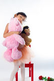 Eine kleine Ballerina mit ihr Bären Stockbilder