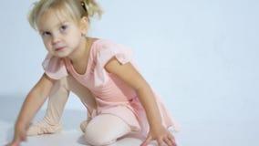 Eine kleine Ballerina tanzt mit Begeisterung Das Mädchen nimmt an Ballett teil stock video footage