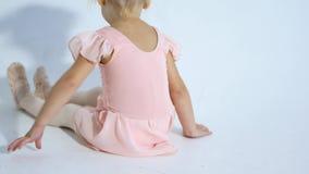 Eine kleine Ballerina tanzt mit Begeisterung Das Mädchen nimmt an Ballett teil stock footage
