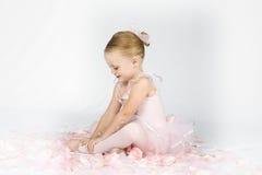Eine kleine Ballerina wärmt auf Lizenzfreie Stockbilder