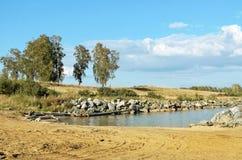 Eine kleine Bucht mit Felsen Stockbilder