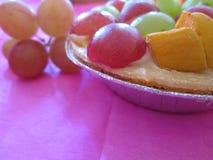 Eine kleine Frucht-Torte mit Trauben Lizenzfreies Stockbild