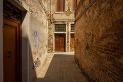 Eine kleine Gasse in Venedig stockfotografie