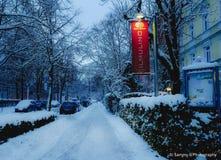 Eine kleine glühende helle Reflexion über einem schneebedeckten Ambiente stockfotos