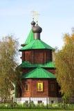 Eine kleine hölzerne Kirche stockfotos