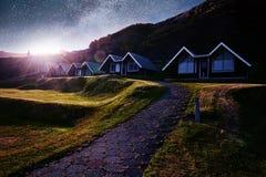 Eine kleine hölzerne Kirche und ein Kirchhof Hofskirkja Hof, Skaftafell Island Szenischer Sonnenuntergang durch Baumkronen Stockfoto