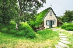 Eine kleine hölzerne Kirche und ein Kirchhof Hofskirkja Hof, Skaftafell Island Szenischer Sonnenuntergang durch Baumkronen Stockbilder