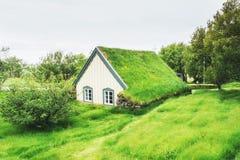 Eine kleine hölzerne Kirche und ein Kirchhof Hofskirkja Hof, Skaftafell Island Szenischer Sonnenuntergang durch Baumkronen Lizenzfreies Stockfoto